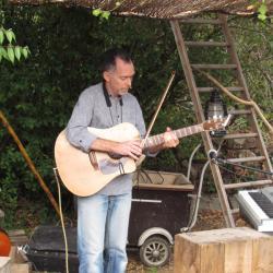 Guitare jouée à l'archet